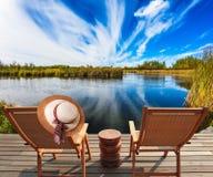Deux chaises et chapeaux de plage Photographie stock