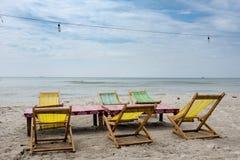 Deux chaises longues de plage sous la tente sur la plage Sihanoukville, Cambodge Photographie stock
