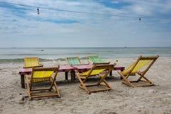 Deux chaises longues de plage sous la tente sur la plage Sihanoukville, Cambodge image libre de droits