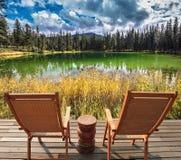 Deux chaises longues en bois pour des touristes Images stock