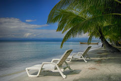 Deux chaises lounging sur la plage Photographie stock libre de droits