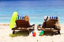 Deux chaises sur la plage tropicale de sable Image stock