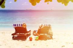Deux chaises sur la plage tropicale de sable Images stock