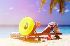 Deux chaises sur la plage tropicale de sable Photo libre de droits