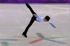 Deux champions olympiques Yuzuru Hanyu de périodes du Japon exécute dans le programme court de patinage simple d'hommes au jeu ol Image libre de droits