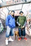 Deux chanteurs de coup sec et dur avec un chien dans un souterrain Photo stock