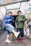Deux chanteurs de coup sec et dur avec un chien dans un souterrain Photos libres de droits