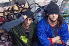 Deux chanteurs de coup sec et dur dans un souterrain avec le graffiti à l'arrière-plan Photo stock