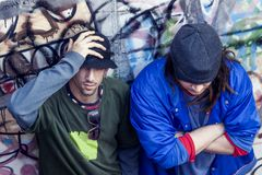 Deux chanteurs de coup sec et dur dans un souterrain avec le graffiti à l'arrière-plan Photo libre de droits