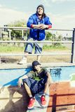 Deux chanteurs de coup sec et dur dans un souterrain avec le graffiti à l'arrière-plan Photos libres de droits