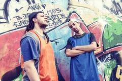 Deux chanteurs de coup sec et dur dans un souterrain avec le graffiti à l'arrière-plan Images stock