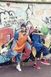 Deux chanteurs de coup sec et dur dans un souterrain avec le graffiti à l'arrière-plan Image libre de droits