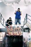 Deux chanteurs de coup sec et dur sur un faisceau concret Image libre de droits