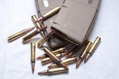 Deux chargés 223 magazines de fusil avec des balles s'étendant autour de elles Image libre de droits