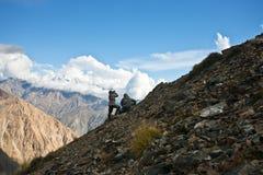Deux chasseurs dans l'habillement de camouflage avec une arme à feu photo libre de droits