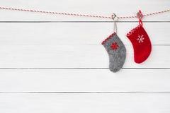 Deux chaussettes de Noël sur le fond en bois blanc Copiez l'espace image stock