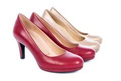 Deux chaussures de pompe de talon haut du ` s de femmes à la mode de paires photo libre de droits