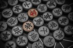 Deux chefs des échecs chinois ont accentué d'autres en noir et blanc Image libre de droits