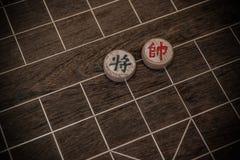 Deux chefs des échecs chinois sur l'échiquier Images libres de droits