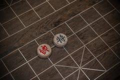 Deux chefs des échecs chinois sur l'échiquier Images stock