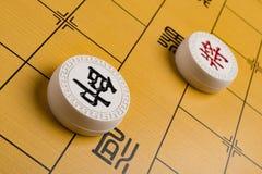 Deux chefs des chesses chinois sur l'échiquier Photo libre de droits