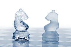 Deux chevaux en verre d'échecs. image stock