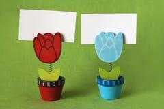 Deux chevilles sous forme de tulipes pour les notes Image stock