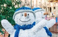 Deux chiffres de bonhommes de neige sur un marché de Noël pendant l'hiver Photo stock