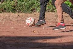Deux childs chassant une boule Image stock
