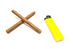 Deux cigares et allumeur jaune Image stock