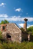 Deux cigognes se reposant dans un nid sur le tuyau d'une vieille maison Photographie stock
