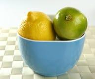 Deux citrons dans une cuvette bleue Photos stock