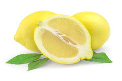 Deux citrons et moitiés mûrs d'isolement sur le fond blanc Photographie stock libre de droits