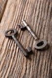 Deux clés avec la rouille woden dessus le conseil Photo libre de droits