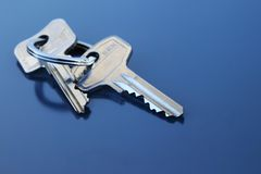 Deux clés d'appartement avec la boucle Image stock