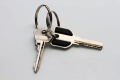 deux clés en métal sur un fond gris homogène image stock