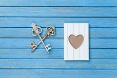 Deux clés et cadres de photo Images stock