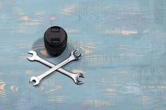 Deux clés et lentilles sur le fond en bois Réparation et lentille d'appareil-photo Mauvaise réparation photo stock