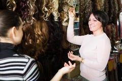 Deux clients achetant l'extension de cheveux Image libre de droits