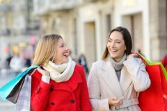 Deux clients parlant la marche sur la rue Image stock