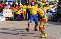 Deux clowns embrassés dans la place publique Photographie stock