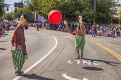 Deux clowns jettent une boule en l'air rouge Photos libres de droits