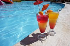 Deux cocktails colorés par la piscine Photographie stock