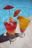 Deux cocktails colorés par la piscine Image libre de droits