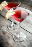 Deux cocktails cosmopolites sur le fond en bois Image stock