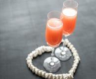 Deux cocktails de bellini à l'intérieur de coeur de meringue Image stock