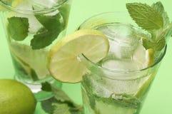 Deux cocktails de mojito sur le fond vert image stock