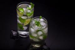Deux cocktails de mojito sur un fond foncé images stock