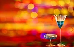 Deux cocktails du Curaçao et illuminations bleus de ville Image libre de droits