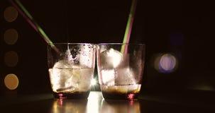 Deux cocktails sont sur la barre avec de l'alcool banque de vidéos